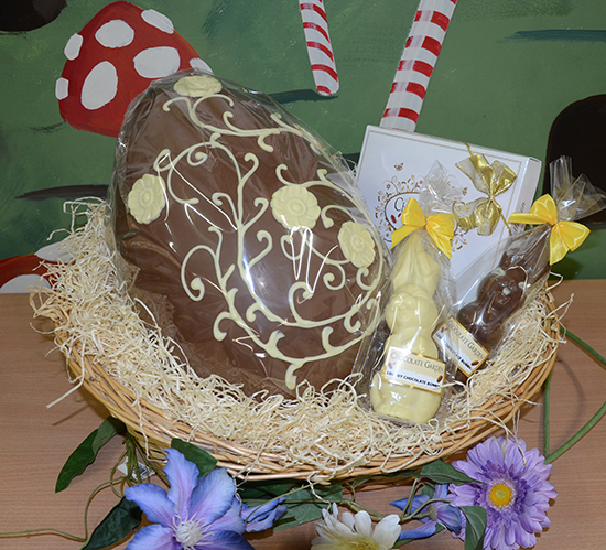 Large 25kg easter egg in basket with chocolates the chocolate large 25kg easter egg in basket with chocolates negle Images