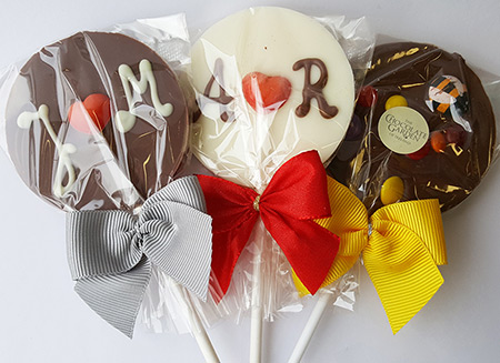 circle lollipops with ribbons
